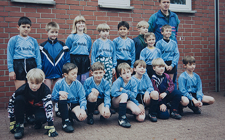 The original image of Mesut Ozil's youth team before the red circles were added